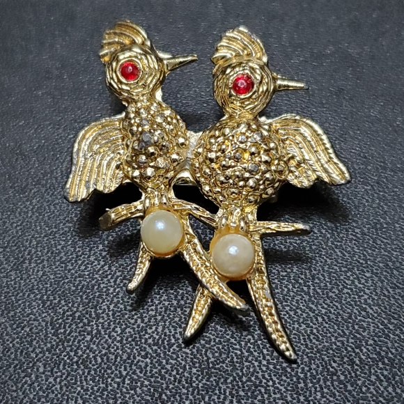 Jewelry - Vintage gold tone two birds brooch